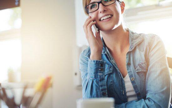 Femme répondant au téléphone. Voyance par téléphone.Site Bernard Desgroppes médium